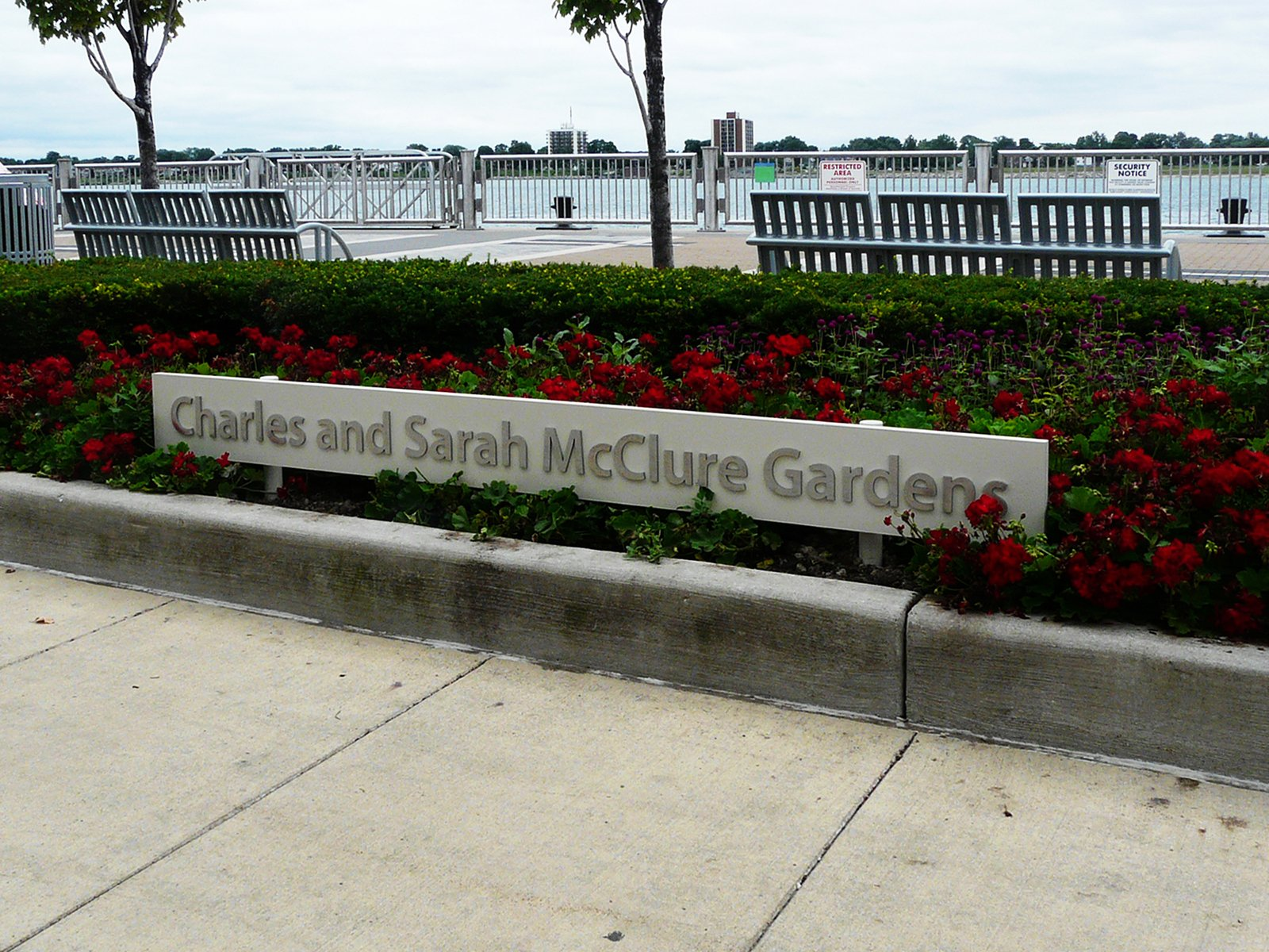 Garden donor recognition: The garden recognition uses the same stainless steel for the individual letters.